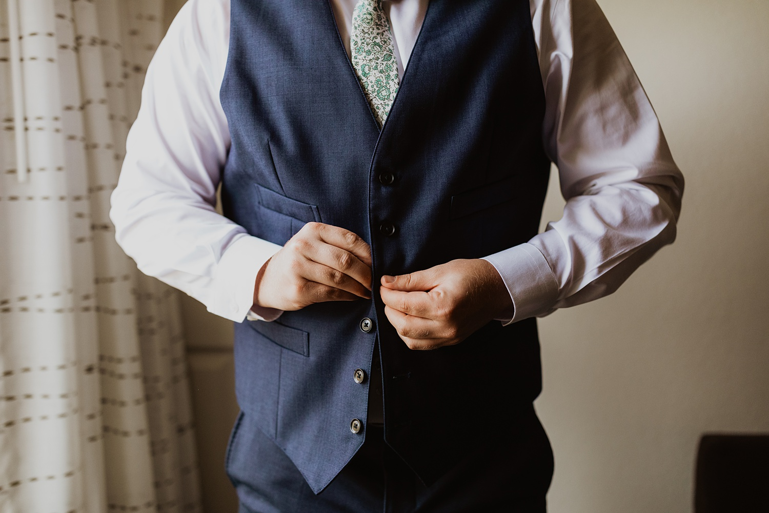 Navy Wedding Suit | Colorado Wedding | Groom Getting Ready  | Cassie Madden Photography